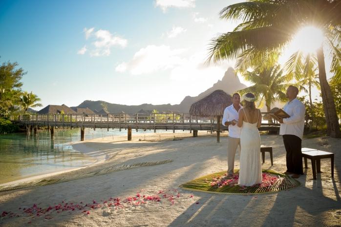 Lua de Mel Bora Bora - Cerimônia de Casamento Tradicional na Praia Intercontinental Bora Bora Thalasso